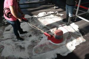 Einseifen für Teppichreinigung